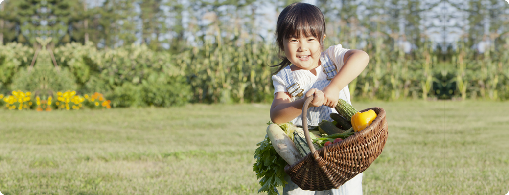 野菜を運ぶ子どもの写真